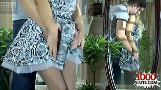 Белокурая итальянка с маленькими сиськами сняла с себя платье и отдалась соседу