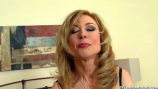 Зрелая блондинка в синем белье светит сиськами и дрочит член кавалера