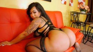 Татуированная баба на красном диване светит огромной жопой