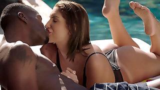 Чернокожий мужик возле бассейна познакомился с симпатичной телкой и насадил ...