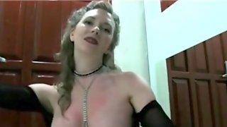 Развратная мамаша перед камерой дрочит член крупного нигера