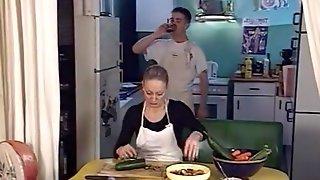 Повар отымел в задницу двух немолодых помощниц на кухне