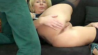 Зрелая дама дала в жопу крепкому парню перед камерой