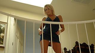 Chelsea Zinn трахнулась с парнем на лестнице без презика