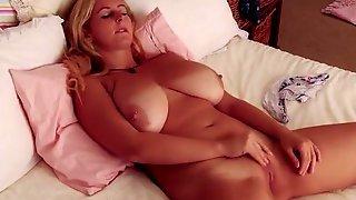 Пышка мечтает о сексе и мастурбирует киску