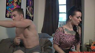 Татуированная брюнетка отсосала парню и отдалась ему