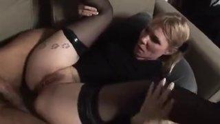 Белобрысая вдова в чулках дает в попку любовнику после оральных ласк
