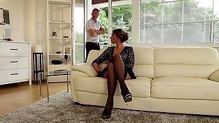 Страстные девки удовлетворили партнера на диване влажными пилотками