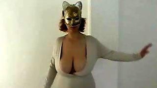 Зрелая дама в маске показывает обвисшие дойки