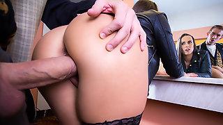 Mea Melone и Danny D в общественном туалете страстно занялись сексом