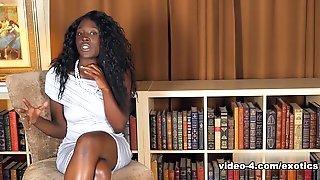 Чернокожая сучка позирует голышом в библиотеке