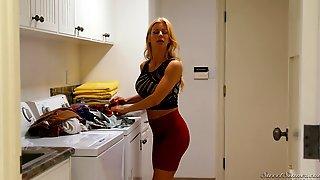 Alexis Fawx приготовила ужин и отдалась мужу на кушетке