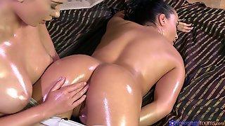 Anna Rose и Lucy Li in Anna смазали тела маслом и занялись сексом