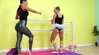 Наставница трахает балерину большими страпонами