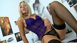 Шикарная блондинка в черных чулках показывает стриптиз и ласкает себя