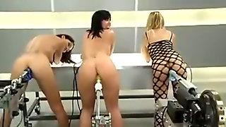 Три бабы одновременно тестируют новейшие секс машины