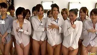 Японки развлекаются с мужчинами в бассейне