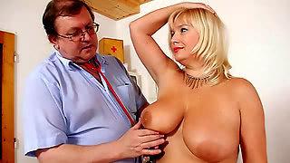 Толстый гинеколог осмотрел пилотку грудастой блондинки