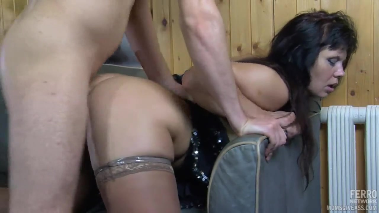 Студент на даче трахает в жопу зрелую соседку | порно видео на ...