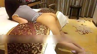 Азиатка легла на кровать и дала партнеру возможность поиметь ее