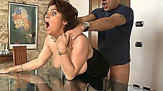 Опытный мужик страстно выебал зрелую итальянку в тугое очко перед столом