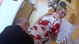 Дед вспмнил молодость и трахнул жену на кухонном столе