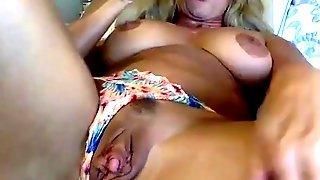 Зрелая блондинка в очках ласкает клитор перед камерой