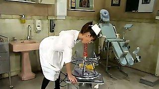 Развратная медсестра в кабинете ласкает пилотку разными игрушками