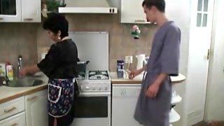 Молодой чувак дал за щеку зрелой домработнице и выебал бабу посреди кухни