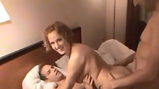 Мужики в отеле жарят чужую жену в две дырки