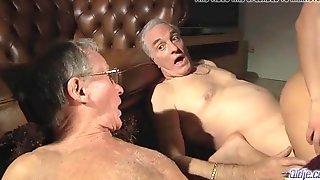 Два старика оттрахали молодых телок в клубе