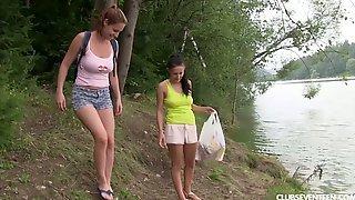 Две студентки отправились купаться на озеро и занялись лесбийским сексом