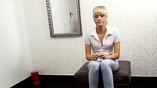 Худенькая блондинка показывает стриптиз на кастинге и долбится в очко
