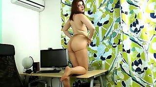 Секретарша в бежевом платье светит большими сиськами на рабочем месте
