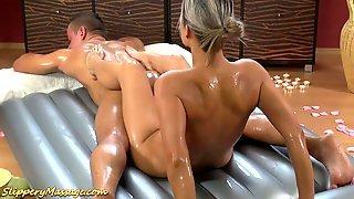 Опытная массажистка смазывает клиента масслом и ласкает его ножками