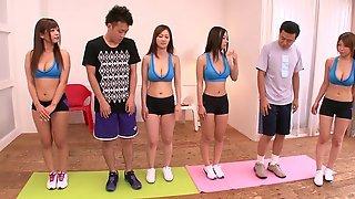 Двое азиатов трахнули телочкек после занятия йогой