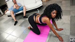 Lala Camile и Alex Legend после тренировки занимаются сексом на диване