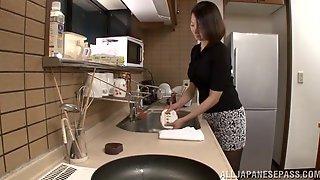 Китаец на кухне раздел грудастую подругу и трахнул ее