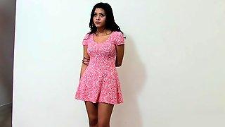 Красивая латинка в розовом платье обнажается перед камерой
