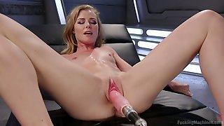 Nicole Clitman села розовой киской на наконечник секс машины