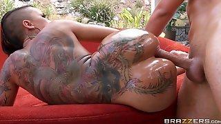 Bella Bellz с татуировками на теле смазала попку маслом и отдалась партнеру