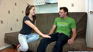 Парень соблазнил студентку и трахнул ее на диване в общаге