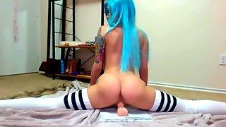 Татуированная вебмоделька с голубыми волосами дрочит пилотку резиновым дилдо