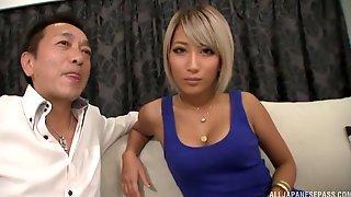 Красивая азиатка со светлыми волосами отсасывает мужику и трахается с ним на диване