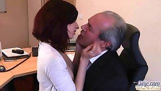 Старикан с залысинами на голове занимается оральным сексом с молодой секретаршей на рабочем месте