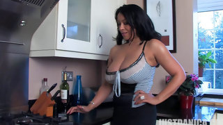 Danica Collins с большими дойками показывает стриптиз на кухне
