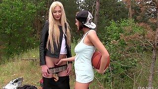 Две привлекательные подруги на пикнике занялись лесбийским сексом