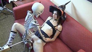 Скелет трахает молодую ведьму во время Хеллоуина