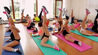 Тренеры по фитнесу соблазняют привлекательных телочек, которых трахают прямо на полу