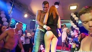 Накачанный стриптизер обнажается в ночном клубе и ласкает пьяных телочек